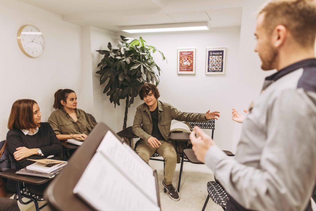 Andy cree que la interacción favorece que los alumnos hablen inglés con confianza y fluidez.
